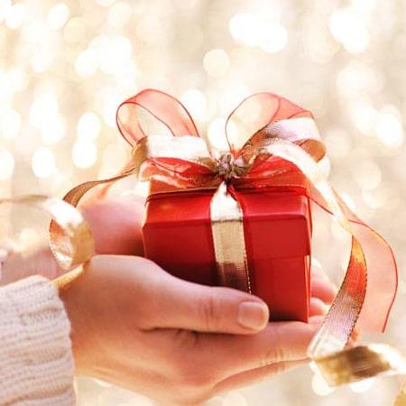 Ý nghĩa quà tặng là gì? Tặng quà có tác dụng gì trong các mối quan hệ?