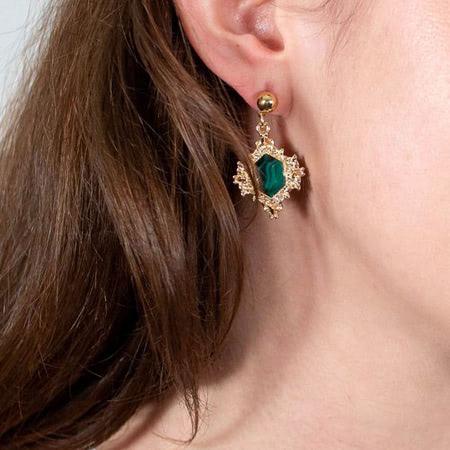 Khuyên tai vàng tây phong thuỷ